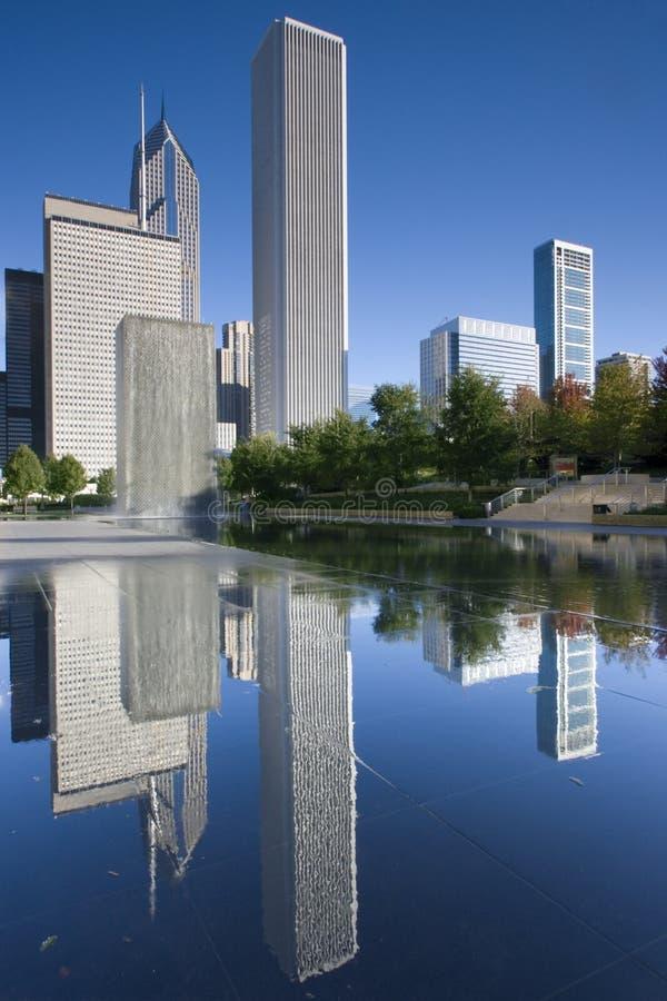 Chicago du centre s'est reflétée photographie stock libre de droits