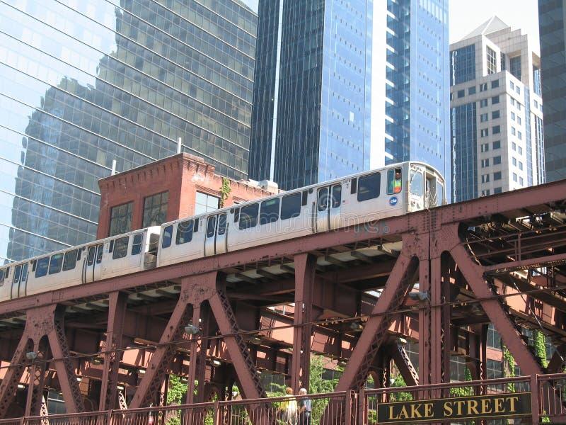Chicago-Eisenbahnbrücke und -zug lizenzfreie stockbilder