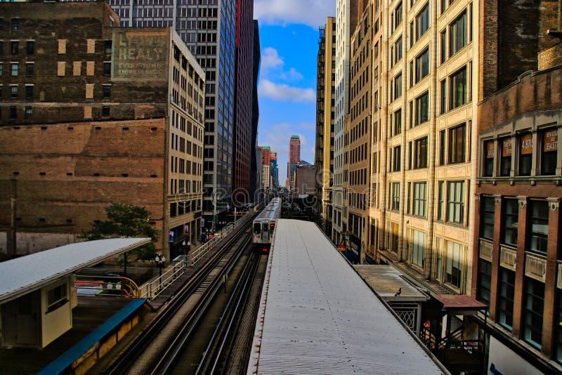 Chicago elevó el tren del ` del EL del ` en vías sobre la ciudad, transportando a viajeros fotos de archivo libres de regalías