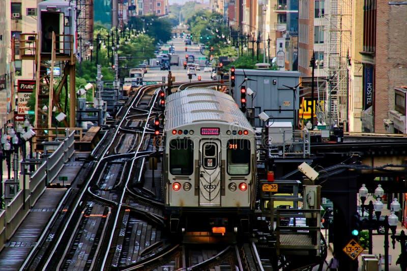 Chicago elevó el tren del ` del EL del ` en vías sobre la ciudad, transportando a viajeros foto de archivo libre de regalías