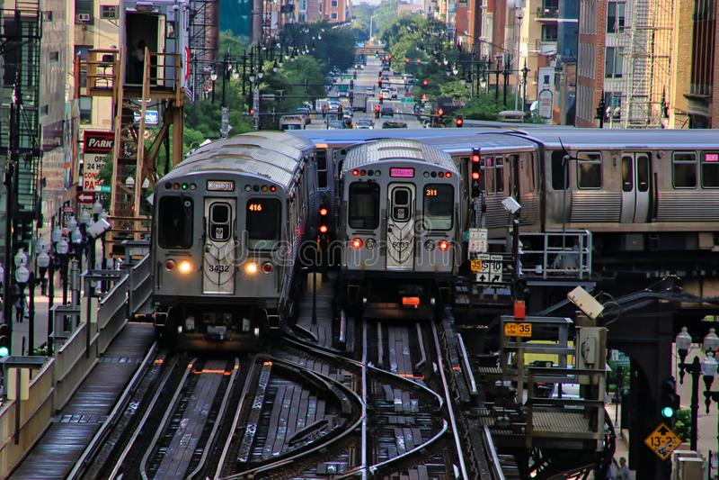 Chicago elevó el tren del ` del EL del ` en vías sobre la ciudad, transportando a viajeros foto de archivo