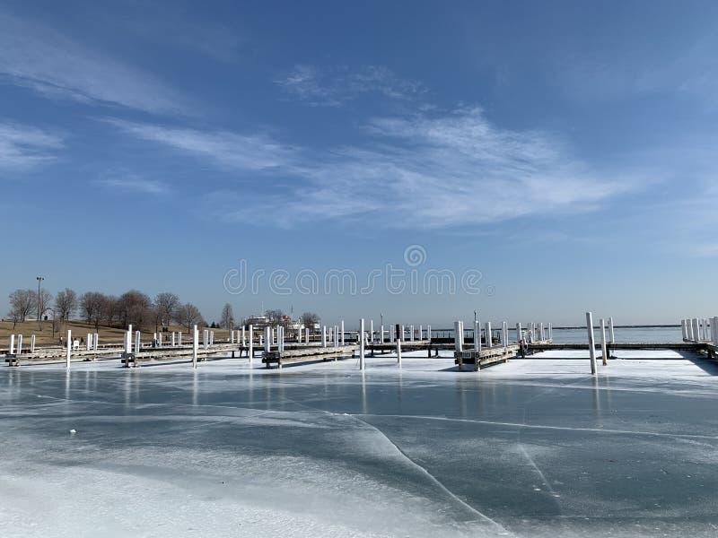 Chicago está a punto de deshelar el lago, cielo de azules claros blanco fotografía de archivo