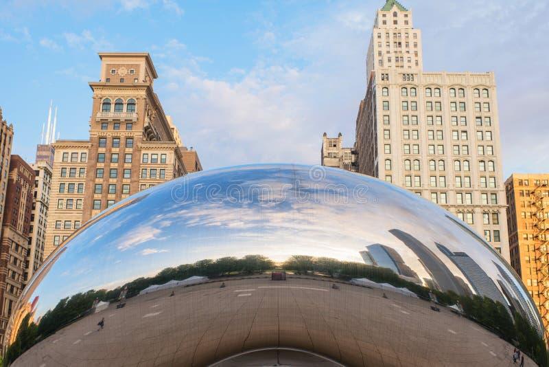 Chicago, EUA - podem 26, 2018: Reflexão de construções da cidade em uma superfície de metal da porta da nuvem igualmente conhecid imagem de stock royalty free