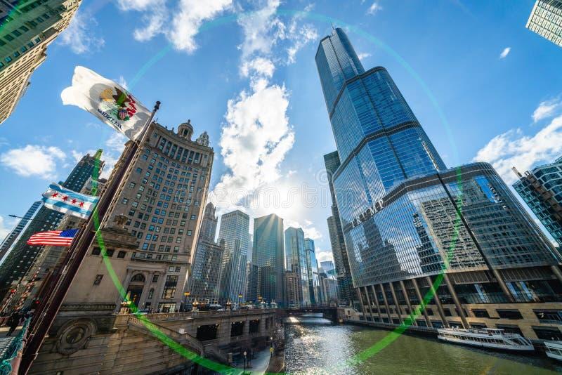 Chicago, Förenta staterna - mars 15, 2019: Cityscape-vy över Illinois i staden med skyskrapor, Trump International Hotel och Towe arkivbild