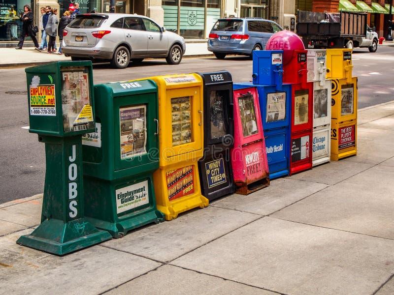 Chicago Förenta staterna - tidningsvaruautomater på gatan royaltyfria foton