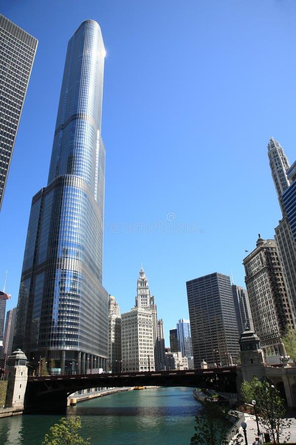 Chicago-Fluss und Skyline lizenzfreie stockbilder