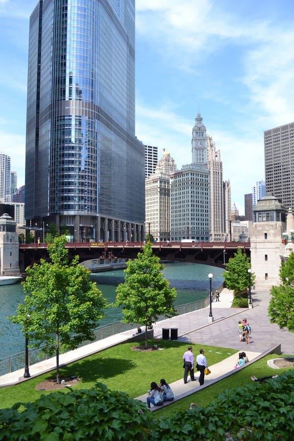 Chicago-Fluss-Weg in der Sommerzeit lizenzfreies stockbild