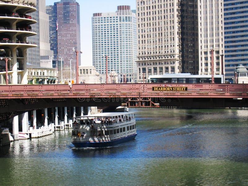 Chicago-Flussbrücken und -boot lizenzfreies stockbild