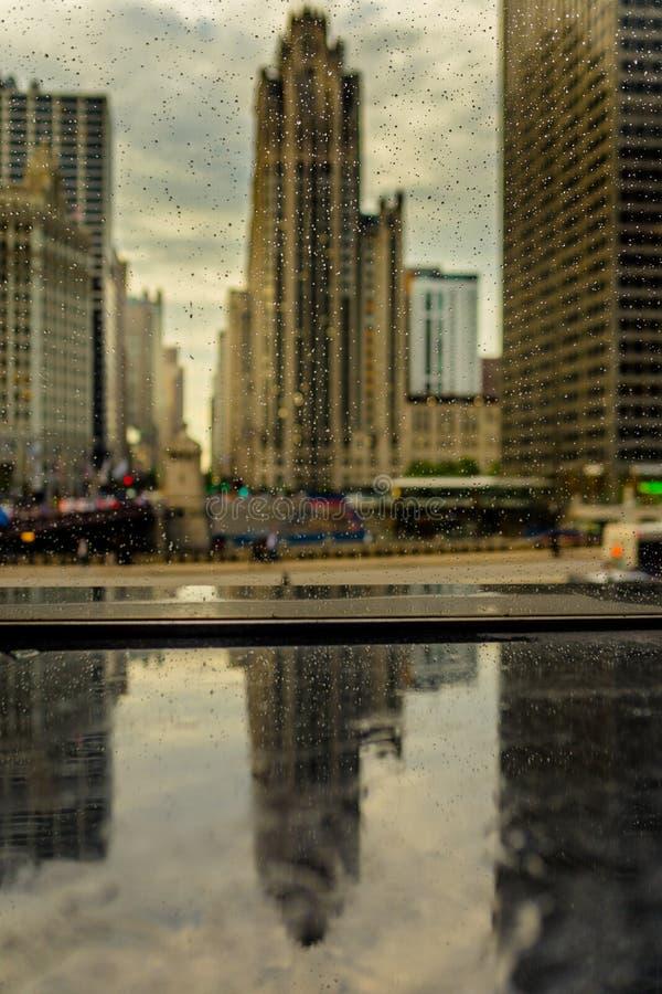 Chicago gator och byggnader med regnsmå droppar royaltyfri bild