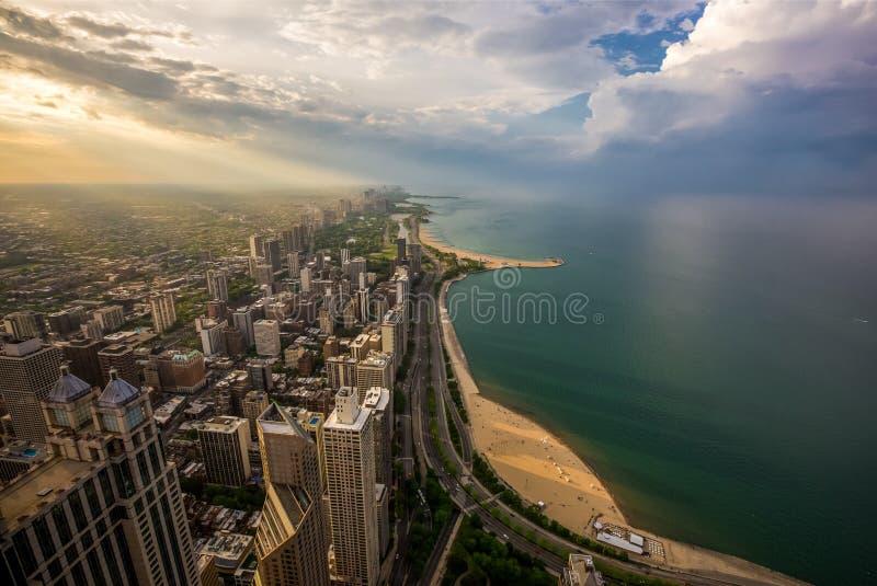 Chicago horisont och Lake Michigan på solnedgången fotografering för bildbyråer