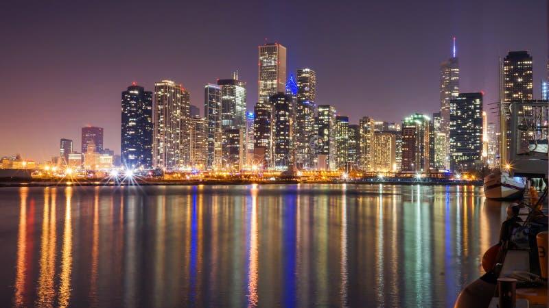 Chicago horisont på natten med Lake Michigan arkivfoton
