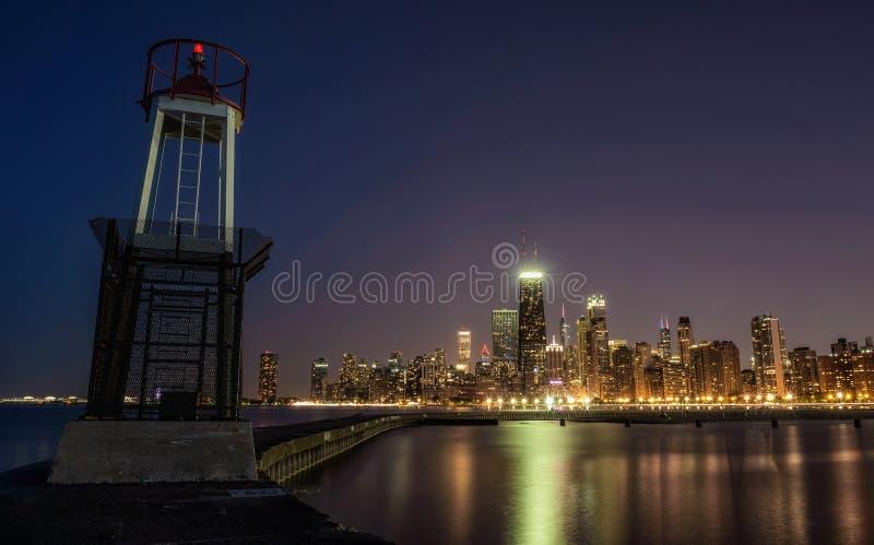Chicago horisont på natten som beskådas från den norr avenystranden royaltyfri fotografi
