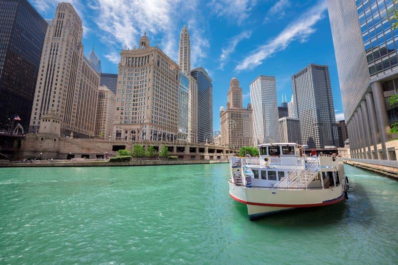 Chicago horisont, skyskrapa och flod på den soliga dagen arkivbild