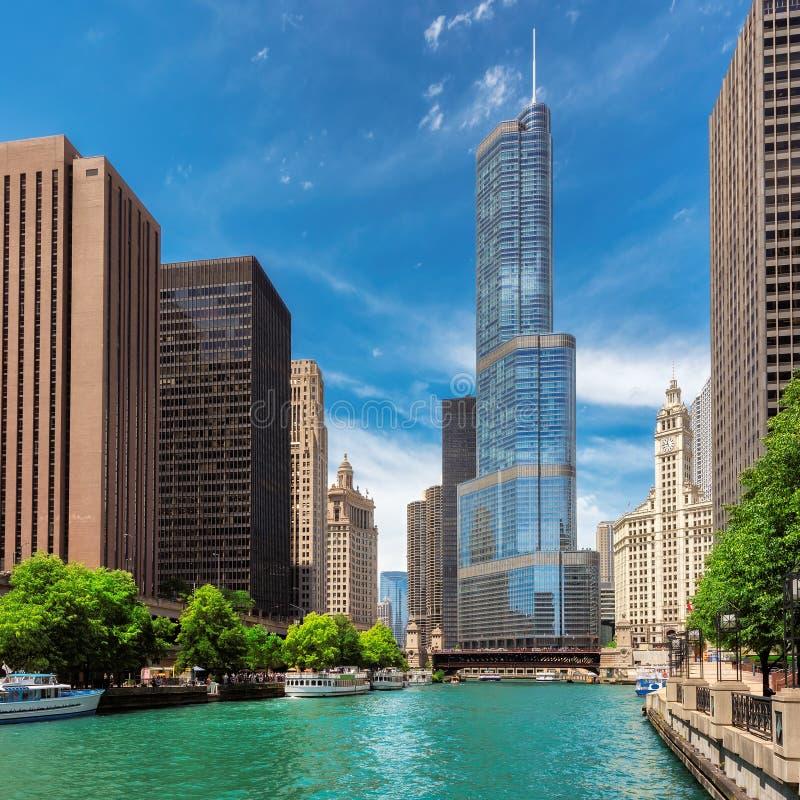 Chicago horisont, skyskrapa och flod på den soliga dagen fotografering för bildbyråer