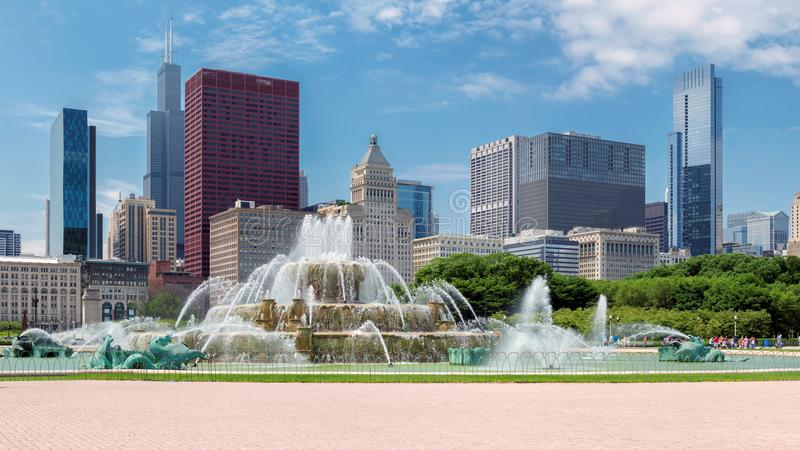 Chicago horisont vid den Buckingham springbrunnen, Chicago, Illinois royaltyfri foto