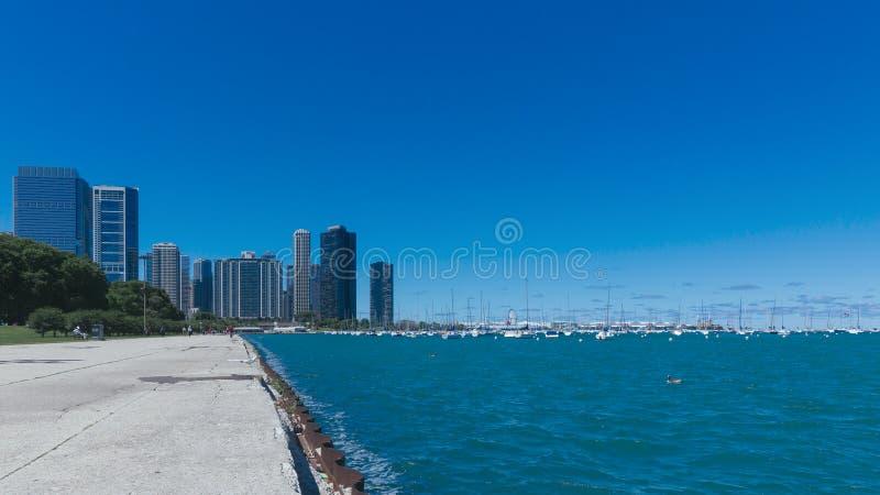Chicago horisont vid Lake Michigan med yachter royaltyfri fotografi