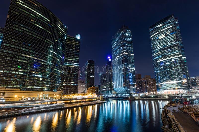 Chicago i city upplyst sikt vid floden royaltyfri bild