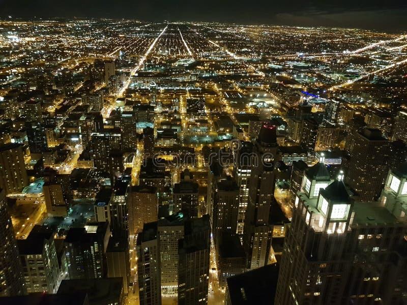Chicago i nattsikt på i city från himmel arkivbilder