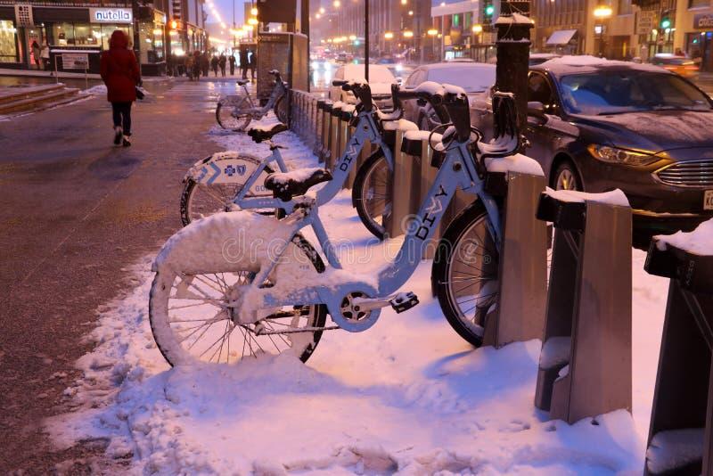 Chicago i stadens centrum gatasikt under snöig vinterdag fotografering för bildbyråer
