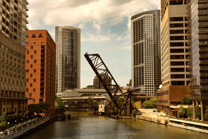 Chicago i stadens centrum sikt med klaffbron och Chicago River arkivfoto