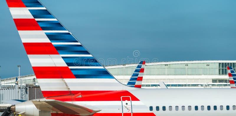 CHICAGO, IL - 27 DE JULIO DE 2017: American Airlines acepilla en el airp fotografía de archivo libre de regalías