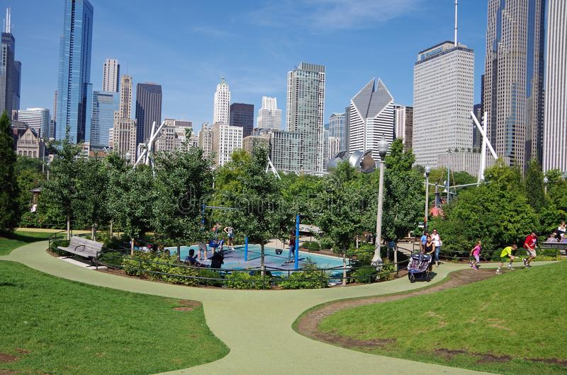 Chicago, IL, Estados Unidos - 3 de setembro de 2017: Ideia da skyline de Chicago de Maggie Daley Park fotos de stock