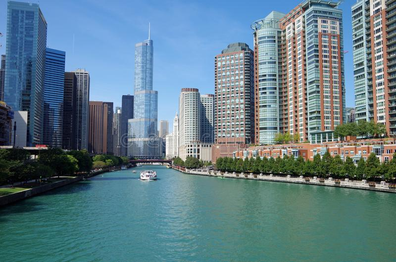Chicago, IL, Estados Unidos - 3 de setembro de 2017: Ideia do Chicago River e da skyline fotografia de stock