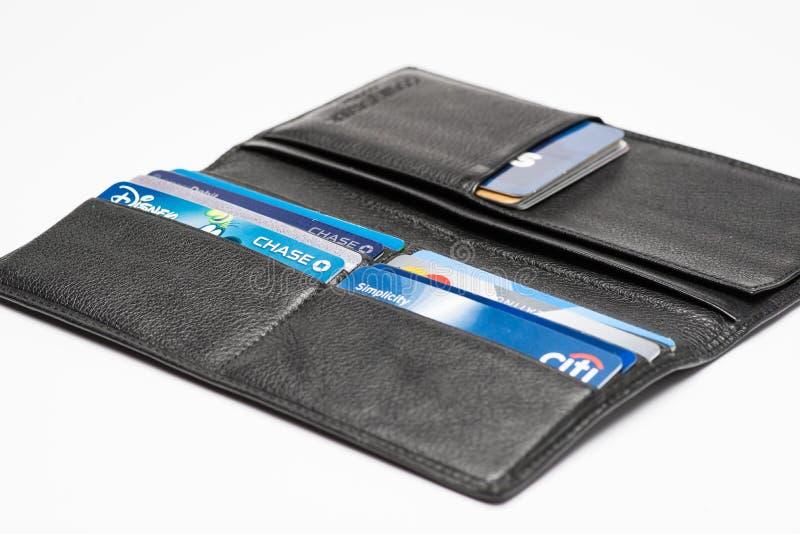 Chicago, IL, Etats-Unis, Feb-12,2017, fin d'un portefeuille ouvert avec des cartes de crédit avec le lo et principale de carte de photos stock