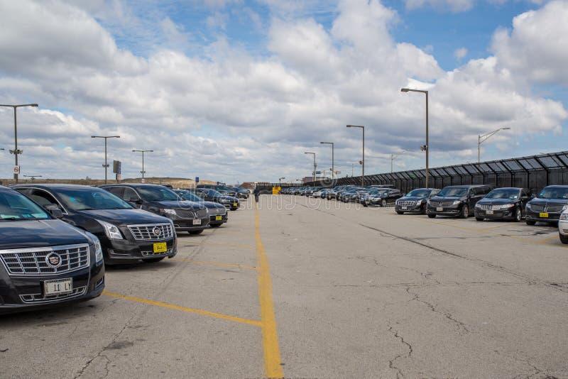 Chicago, IL, EUA, o 6 de abril de 2017: Parque de estacionamento da limusina no aeroporto internacional de O'Hare, para o uso e foto de stock