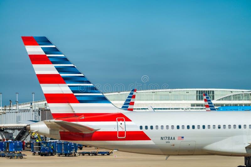 CHICAGO, IL - 27. JULI 2017: American Airlines planieren auf das airp stockbilder