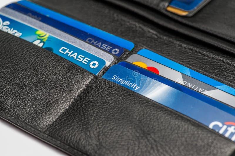 Chicago, IL, los E.E.U.U., Feb-12,2017, cierre para arriba de una cartera abierta con las tarjetas de crédito con lo de la caza,  fotos de archivo libres de regalías