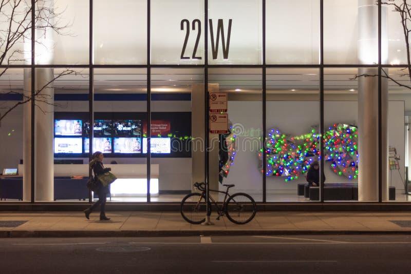 Chicago, IL, Stati Uniti - 16 novembre 2018: Colpo dell'entrata anteriore e dell'ingresso del grattacielo a 22 W Washington fotografie stock libere da diritti