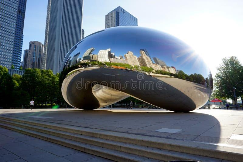 CHICAGO, IL, U S A , O 25 DE MAIO DE 2018: Ideia do amanhecer da porta a da nuvem K A ` O ` do feijão, refletindo as construções  imagens de stock royalty free