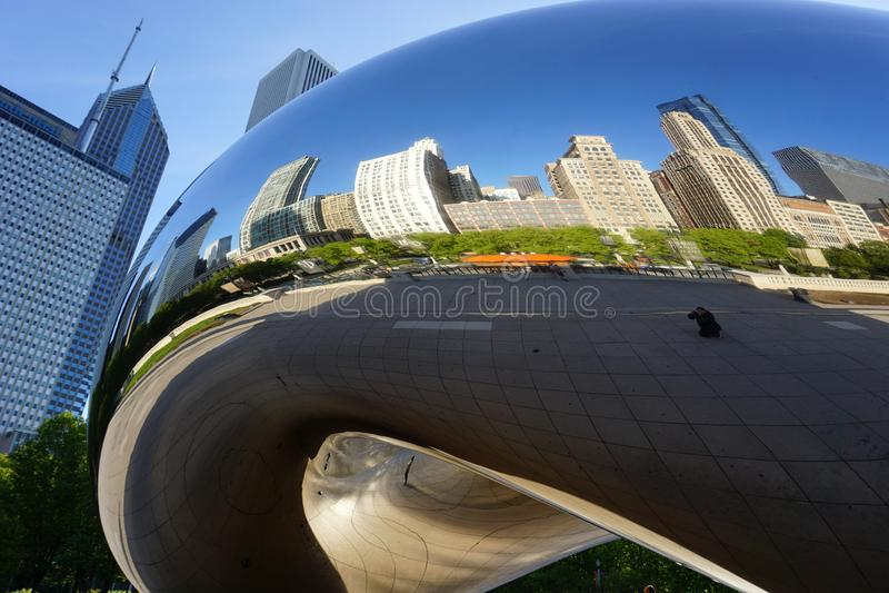CHICAGO, IL, U S A , O 25 DE MAIO DE 2018: Ideia do amanhecer da porta a da nuvem K A ` O ` do feijão, refletindo as construções  fotografia de stock royalty free