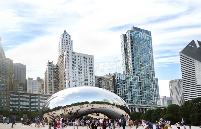 CHICAGO IL/USA - 8-08-2017: Sikt av i stadens centrum Chicago horisont och den Cloudscape skulpturen, aka bönan arkivbilder