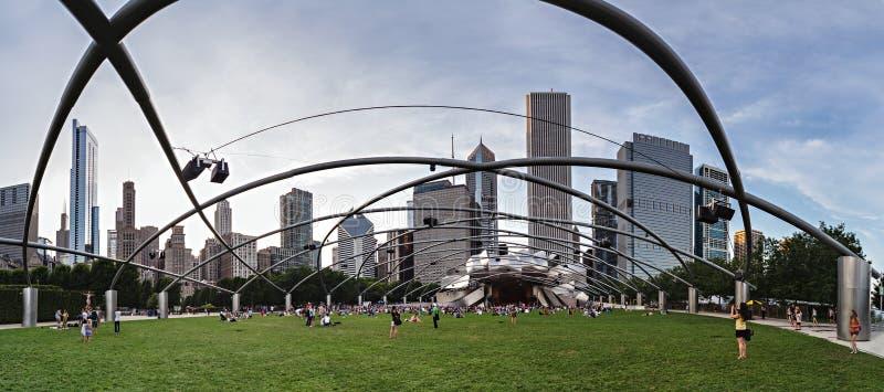 Chicago, IL/USA - vers en juillet 2015 : Les gens chez Jay Pritzker Pavilion au parc de millénaire Chicago, l'Illinois image libre de droits