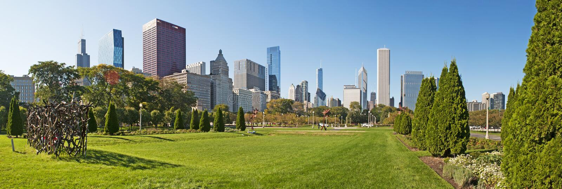 Chicago Illinois: den skulpturhäck- och Chicago horisonten som ses från Grant Park på September 22, 2014 royaltyfri bild