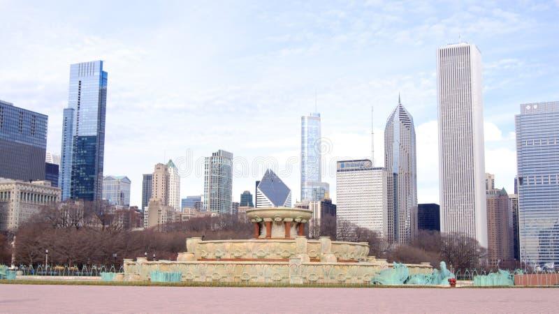 CHICAGO, ILLINOIS, ESTADOS UNIDOS - 12 de diciembre de 2015: Fuente de Buckingham en el horizonte céntrico de Grant Park y de Chi foto de archivo libre de regalías