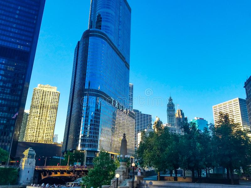 Chicago, Illinois, EUA 07 06 2018 Torre do trunfo em Chicago River fotos de stock royalty free