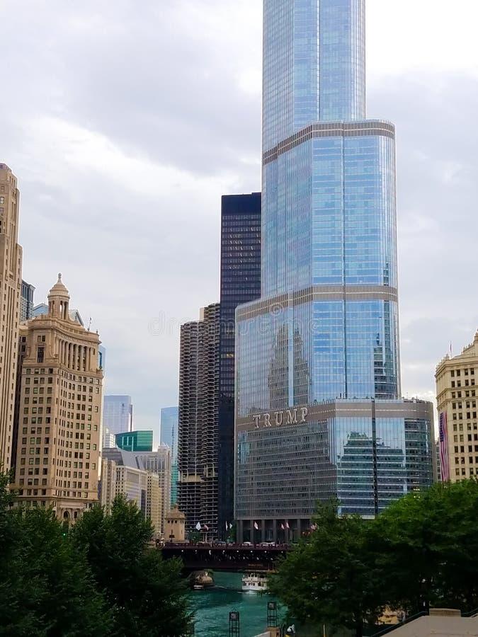 Chicago, Illinois, EUA 07 05 2018 Torre do trunfo em Chicago River imagem de stock