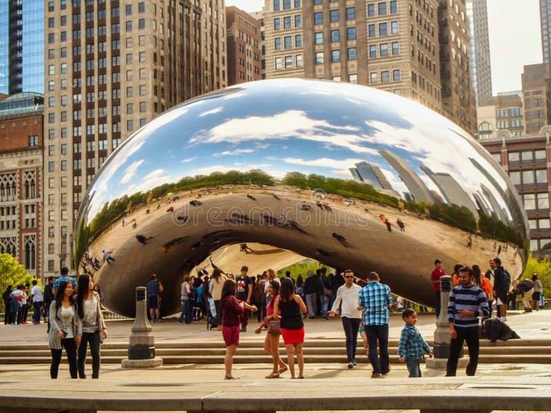 CHICAGO, ILLINOIS EUA - turistas na porta da nuvem ou no feijão no parque do milênio, Chicago imagem de stock