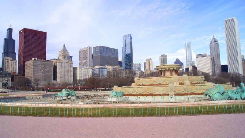 CHICAGO ILLINOIS, FÖRENTA STATERNA - DEC 12th, 2015: Buckingham springbrunn på Grant Park och Chicago i stadens centrum horisont fotografering för bildbyråer