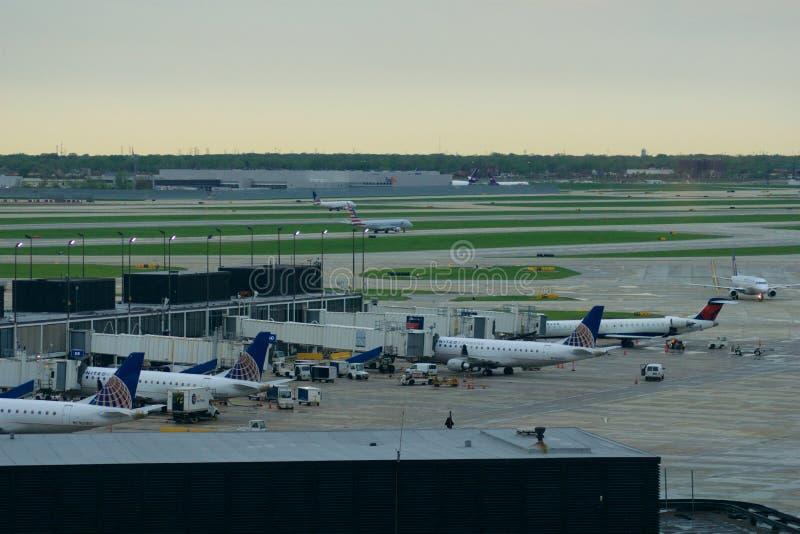 CHICAGO ILLINOIS, FÖRENTA STATERNA - MAJ 11th, 2018: Flera flygplan på porten på internationell flygplats för Chicago nolla-'hare royaltyfri bild