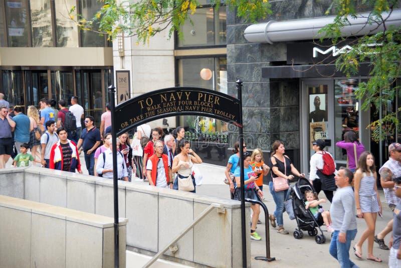 Chicago Illinois i stadens centrum gångare royaltyfria bilder