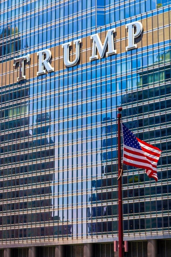 CHICAGO ILLINOIS, LIPIEC, - 10 2018 - Flaga amerykańskiej falowanie wewnątrz obrazy royalty free