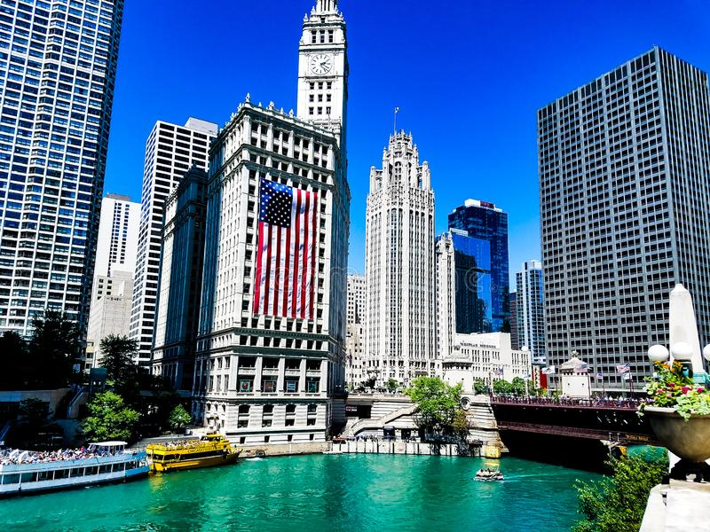 Chicago, Illinois, los E 07 06 2018 Edificio de Wrigley con semana grande de la bandera americana el 4 de julio Watefront del río fotos de archivo