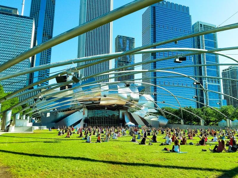 Chicago, Illinois, los E 07 07 2018 Yoga grande en el pabellón de Pritzker, milenio de la práctica del grupo de personas del parq imagenes de archivo