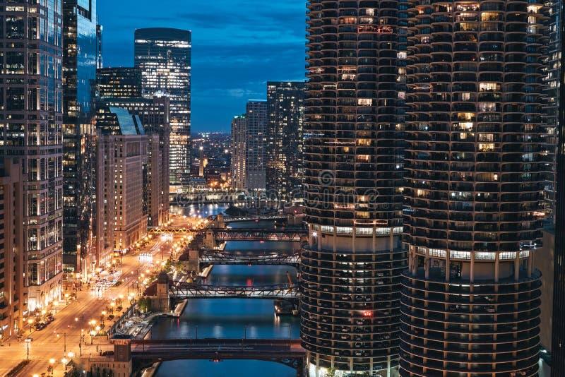 Chicago, Illinois Paisaje urbano, horizonte en la noche con la torre de la ciudad del puerto deportivo, río, camino vacío y puent foto de archivo