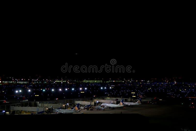 CHICAGO, ILLINOIS, STATI UNITI - 11 maggio 2018: Parecchi aeroplani al portone all'aeroporto internazionale di Chicago O'Hare fotografia stock