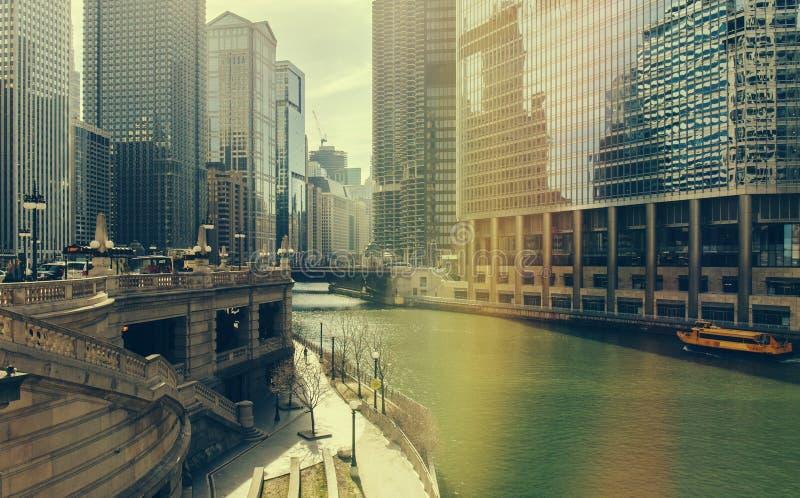 Chicago, Illinois, U.S.A. - 19 luglio 2016: Grattacieli di Chicago, barca facente un giro turistico di Wendell e di Watertaxi sul immagine stock libera da diritti